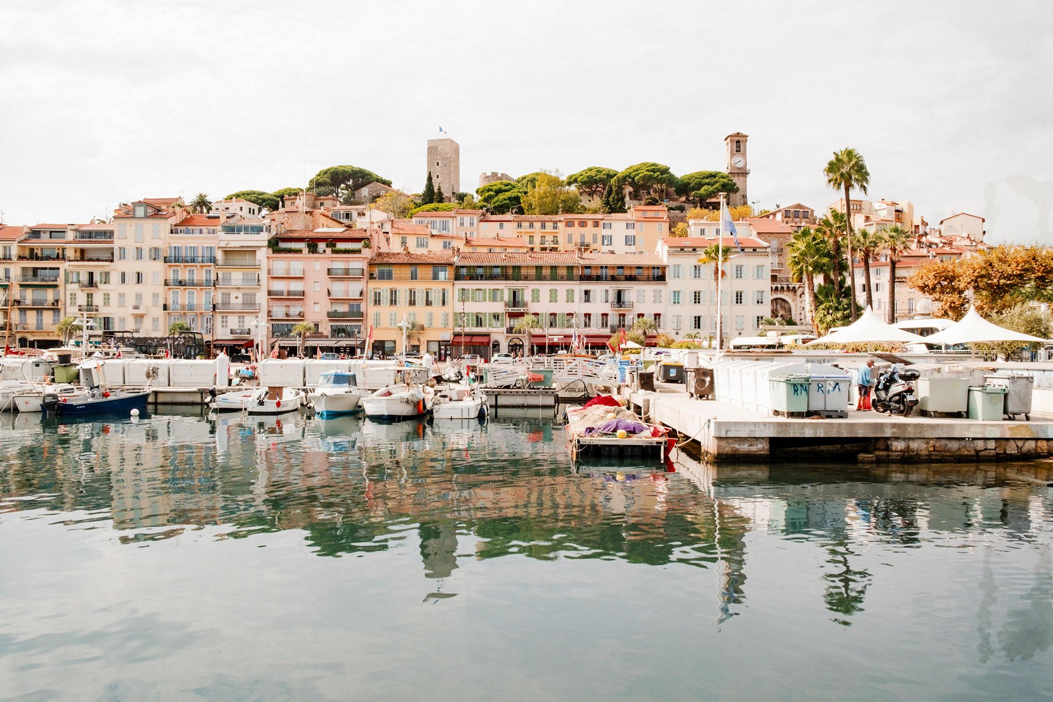 Die Altstadt von Cannes mit dem Kirchturm und dem Hafen